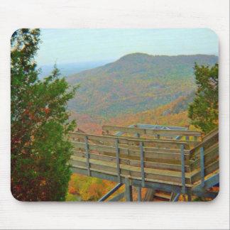 Caminar manera del puente sobre las montañas tapetes de raton