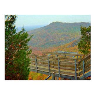 Caminar manera del puente sobre las montañas postal
