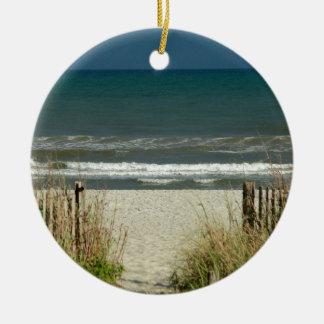 Camino a las olas oceánicas adorno redondo de cerámica