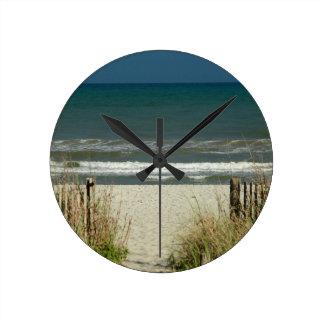 Camino a las olas oceánicas reloj redondo mediano