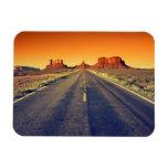 Camino al valle del monumento en la puesta del sol iman
