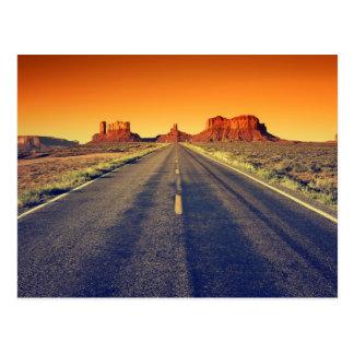 Camino al valle del monumento en la puesta del sol postal