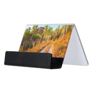 Camino con colores del otoño caja de tarjetas de visita para escritorio