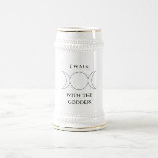 Camino con la diosa jarra de cerveza