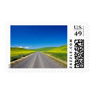 Camino de Backcountry a través de los campos de Timbres Postales
