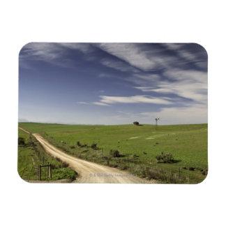 Camino de campo que trenza entre los campos de tri imanes rectangulares
