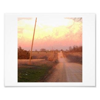 Camino de tierra, camioneta pickup y nubes grandes fotografía