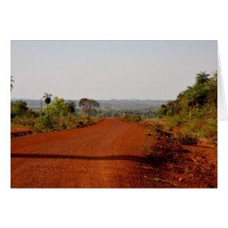 Camino de tierra rojo sin fin tarjeta de felicitación