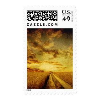 Camino de tierra rural a través del campo timbres postales