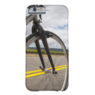Camino del hombre biking en el POV de alta Funda De iPhone 6 Barely There