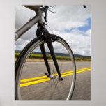 Camino del hombre biking en el POV de alta velocid Póster