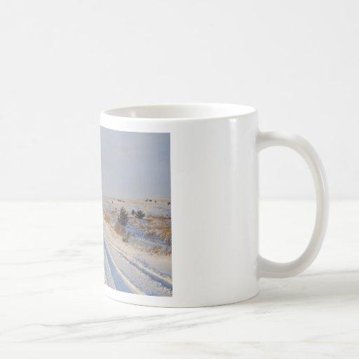 Camino del invierno en los campos tazas de café