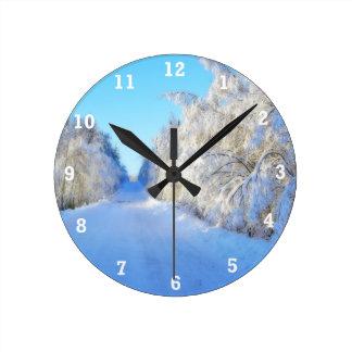Camino del invierno reloj redondo mediano