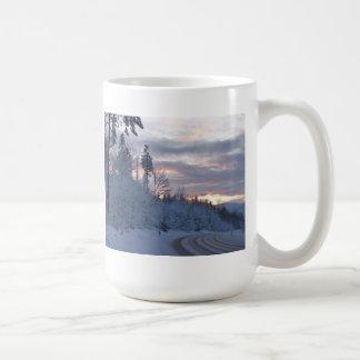 Camino del país de las maravillas del invierno taza