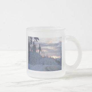 Camino del país de las maravillas del invierno taza de cristal