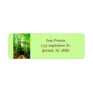 Camino en la etiqueta de dirección de maderas