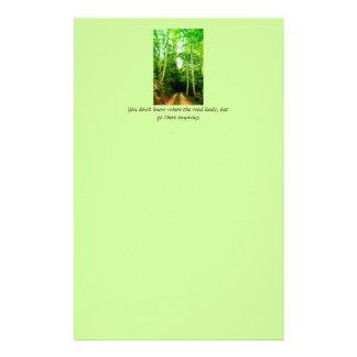 Camino en los efectos de escritorio de maderas papeleria personalizada