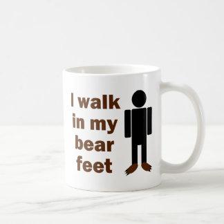 Camino en mis pies del oso taza de café