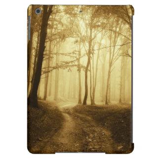 Camino en un bosque oscuro con niebla funda para iPad air