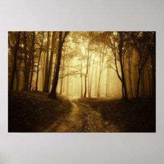 Camino en un bosque oscuro con niebla póster