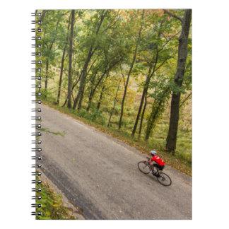 Camino que completa un ciclo en la carretera libro de apuntes con espiral