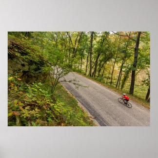 Camino que completa un ciclo en la carretera póster