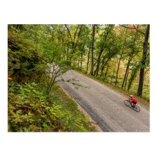 Camino que completa un ciclo en la carretera tarjeta postal