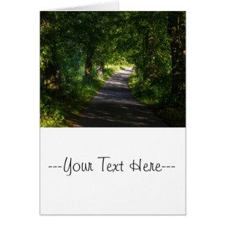 Camino romántico en el paisaje del bosque tarjeta de felicitación