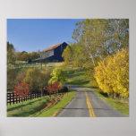 Camino rural con la región del Bluegrass de Kentuc Póster