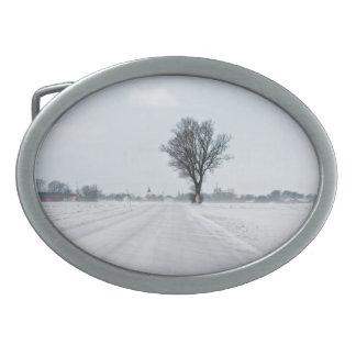 Camino rural del invierno hebillas cinturon ovales