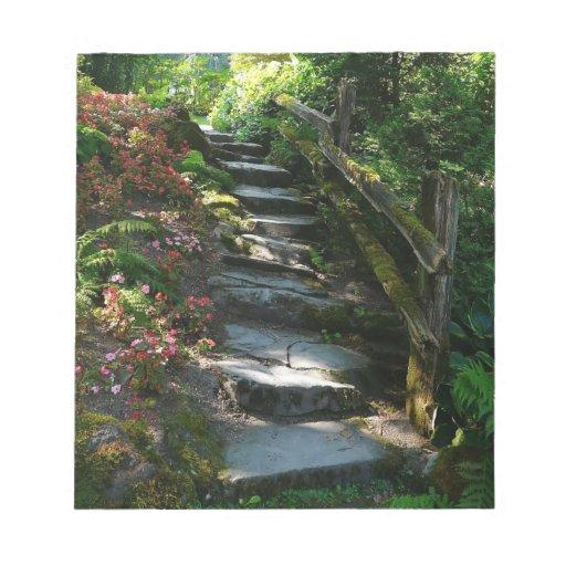 Camino sombrío y escaleras de la losa del jardín bloc de notas