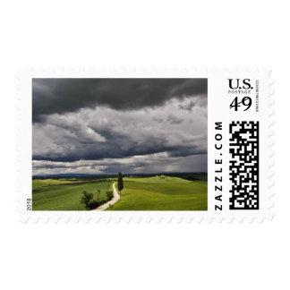 Camino y nubes de tormenta, región rural de sellos