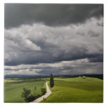 Camino y nubes de tormenta, región rural de Toscan Teja Cerámica