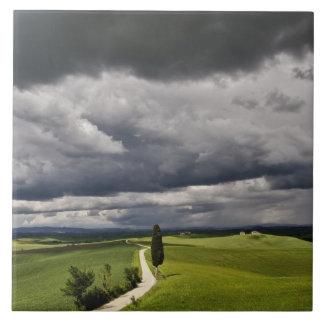 Camino y nubes de tormenta, región rural de Toscan Azulejo Cuadrado Grande