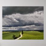 Camino y nubes de tormenta, región rural de Toscan Impresiones