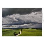 Camino y nubes de tormenta, región rural de Toscan Tarjetas