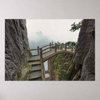 Camino y pequeño puente, montaña amarilla, 2 posters
