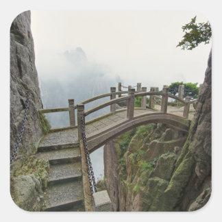 Camino y pequeño puente, montaña amarilla, 2 pegatina cuadradas personalizada