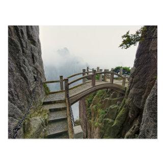 Camino y pequeño puente, montaña amarilla, 2 postales