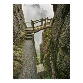 Camino y pequeño puente, montaña amarilla, postales