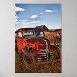 Camión anaranjado de Dodge que aherrumbra con la Póster