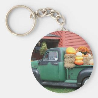 Camión antiguo con la cosecha de la caída llavero redondo tipo pin