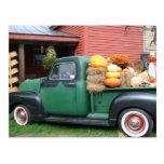 Camión antiguo con la cosecha de la caída postal