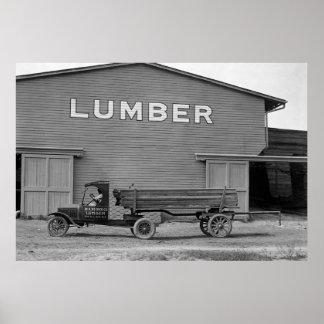 Camión antiguo de la madera de construcción: 1925 poster