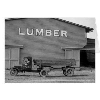 Camión antiguo de la madera de construcción, los a tarjeta