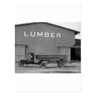 Camión antiguo de la madera de construcción, los a postales