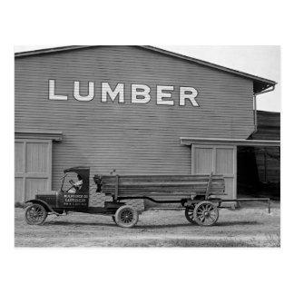 Camión antiguo de la madera de construcción, los postal
