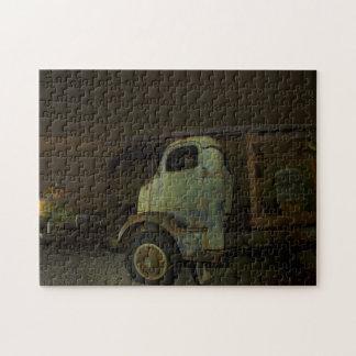 Camión antiguo en el granero abandonado rompecabezas con fotos