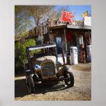 Camión antiguo en la tienda general en el american impresiones