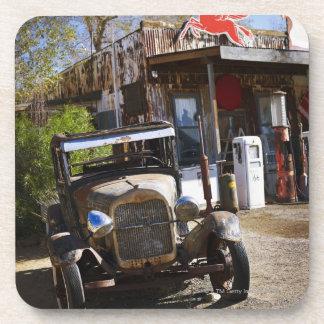 Camión antiguo en la tienda general en el american posavaso